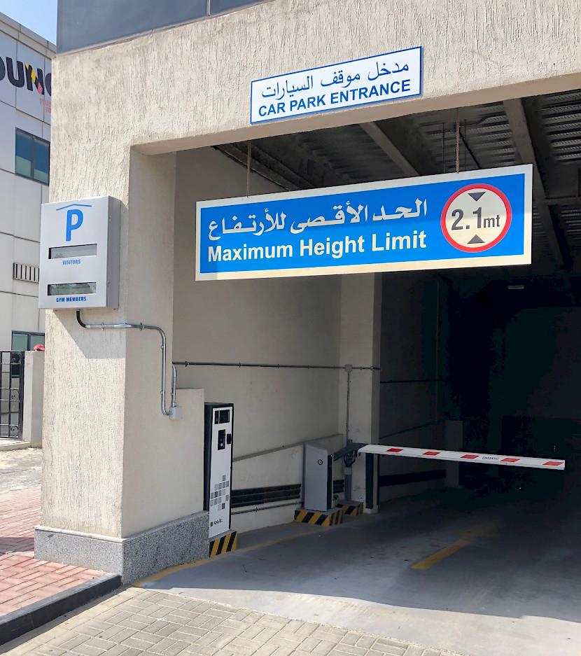 wjazd na parking przy GymNation Al Quoz, wyposażony w urządzenia peryferyjne HUB