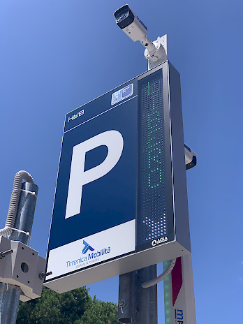 La señal de mensajería variable del operador Tirrenica Mobilità integra el sistema de aparcamiento del Ospedale Versilia con el equipo Jupiter y las cámaras LPR de SELEA