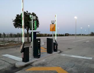 entrada de uno de los parking del aeropuerto internacional de Forlì (FRL)