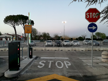 sortida del parking del aeropuerto de Forlì (FRL)