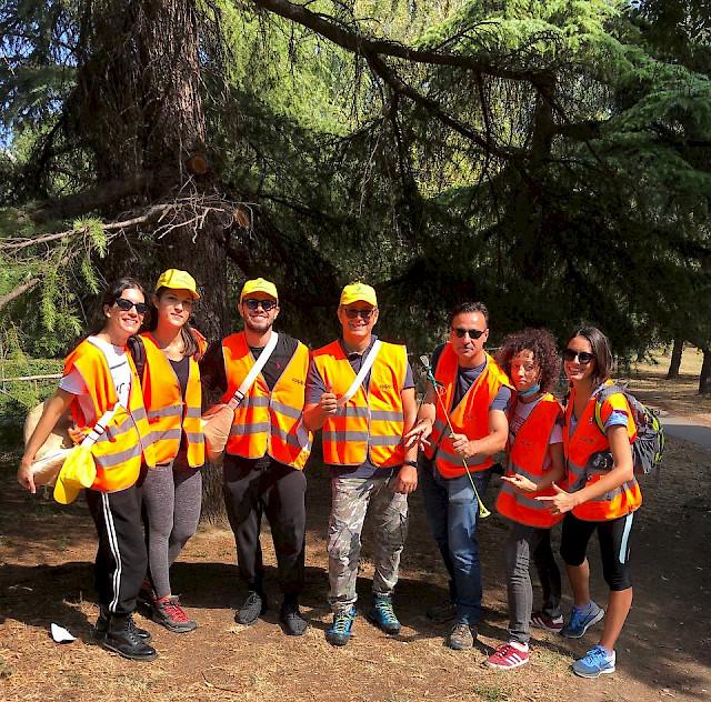 "HUB volunteers for the environmental initiative ""Puliamo il mondo"" promoted by Legambiente"
